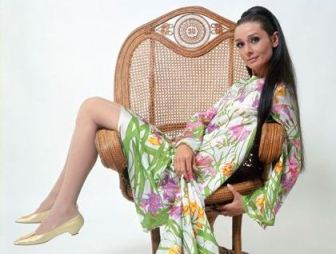 audrey_hepburn_long_hair_in_wicker_chair