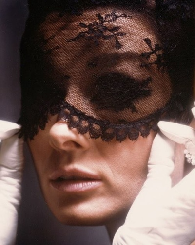 audrey_hepburn_wearing_mask_in_publicity_for_how_to_steal_a_million_1964