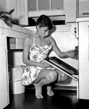 audrey_hepburn_young_cooking_in_barefeet