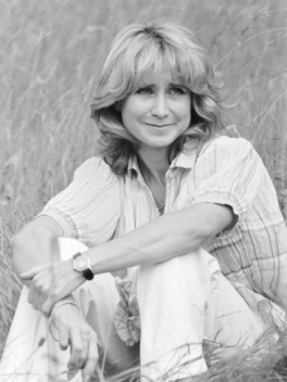 felicity_kendal_in_solo_1982_sitting_in_grass