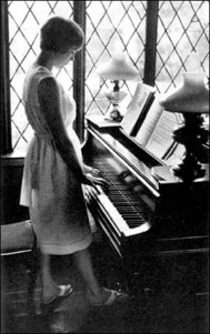 julie_andrews_at_piano
