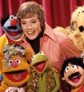 julie_andrews_with_muppets_and_tinsel