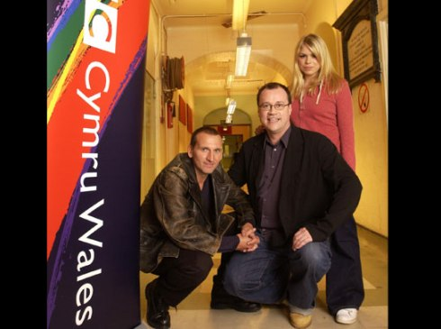 doctor_who_christopher_eccleston_and_billie_piper_with_executive_producer_and_chief_writer_russell_t_davies_on_first_day_of_shooting_of_'new'_2005_series