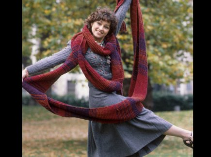 doctor_who_janet_fielding_wrapped_in_the_doctor's_scarf_in_publicity_shot