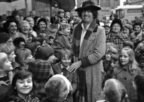 doctor_who_tom_baker_in_costume_meets_locals_in_boston_lincolnshire_in_1977