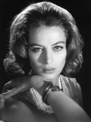 capucine_hand_on_shoulder