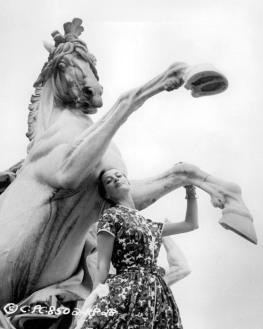 capucine_posing_with_vienna_horse_statue