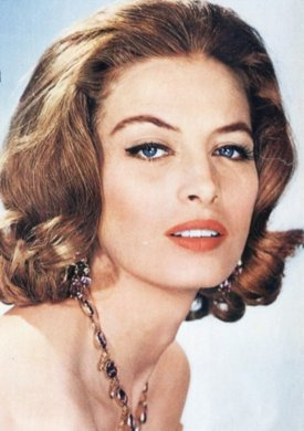 capucine_wearing_gem_necklace_colour