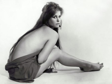 claudia_cardinale_wrapped_in_sheet