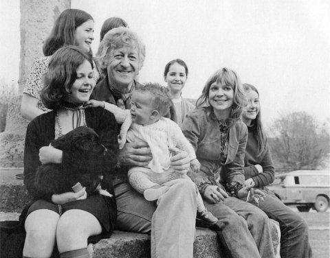doctor_who_jon_pertwee_with_a_baby_katy_manning_and_local_kids_on_set_of_the_daemons