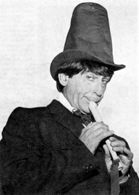 doctor_who_patrick_troughton_with_stive_pipe_hat_and_recorder