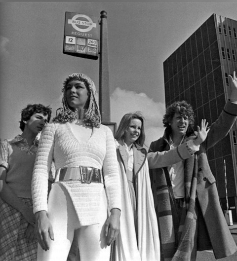 dotor_who_tom_baker_lalla_ward_and_a_movellan_waiting_for_a_bus_destiny_of_the_daleks