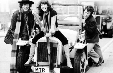 tom_baker_and_elisabeth_sladen_with_ian_marter_pushing_bessie