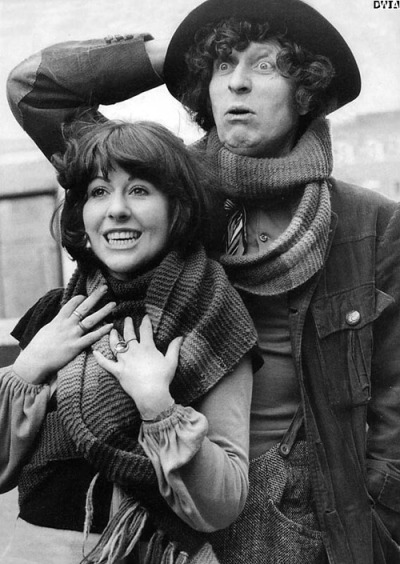 tom_baker_and_elisabeth_sladen_wrapped_in_his_scarf