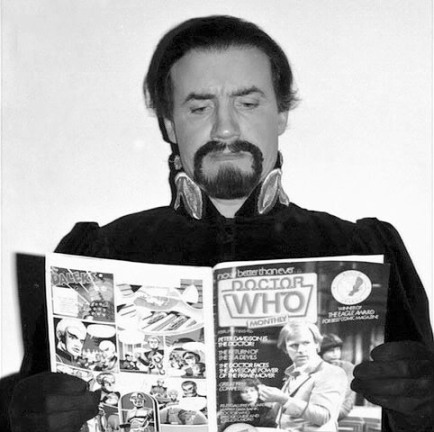 doctor_who_anthony_ainley_reading_doctor_who-monthly_magazine