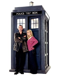 doctor_who_christopher_eccleston_and_billie_piper_leaning_against_tardis