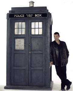 doctor_who_christopher_eccleston_leaning_against_tardis