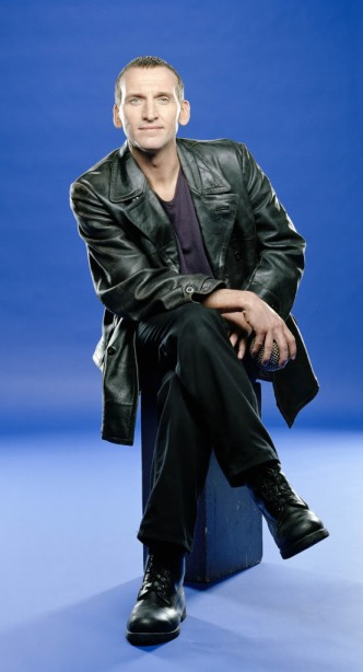doctor_who_christopher_eccleston_sitting_down_publicity_pose