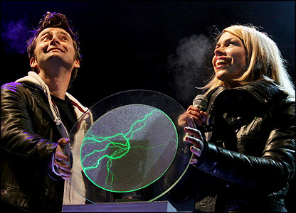 doctor_who_david_tennant_and_billie_piper_watch_fireworks_as_they_switch_on_the_2005_cardiff_christmas_lights