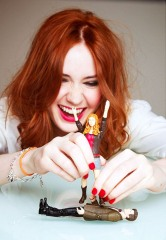 doctor_who_karen_gillan_plays_with_her_amy_pond_action_figure