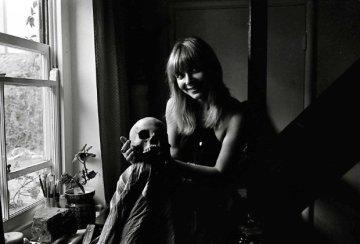 katy_manning_radio_times_photoshoot_for_serendipity_1973_(2)