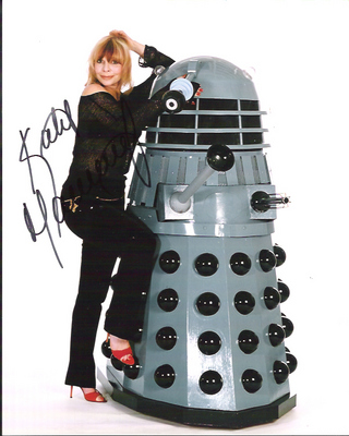katy_manning_recreating_tardis_pose