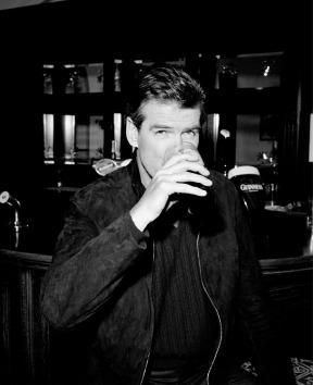pierce_brosnan_drinks_guinness