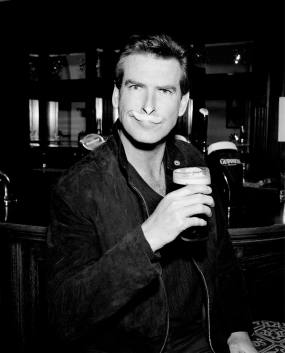 pierce_brosnan_drinks_guinness_2