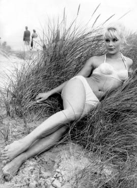 elke_sommer_lying_in_grass_on_a_beach