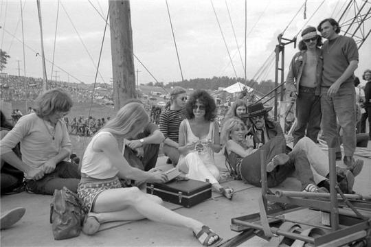 grace_slick_and_jefferson_airplane_relaxing_at_woodstock