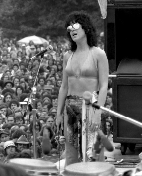 grace_slick_on_stage_in_silver_sunglasses_1976