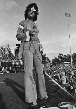grace_slick_on_stage_in_sunglasses_1970s