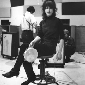 grace_slick_sitting_on_stool_with_tambourine