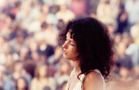 grace_slick_woodstock_with_crowd_in_background
