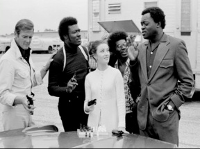 live_and_let_die_roger_moore_tommy_lane_and_jane_seymour_listen_as_yaphett_kotto_holds_court_in_new_orleans