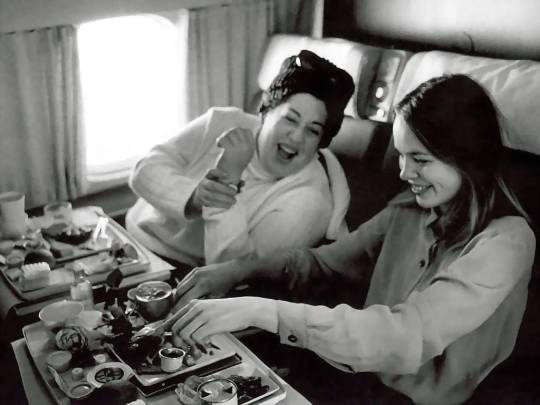 michelle_philips_and_mama_cass_eating_on_aeroplane