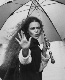 michelle_phillips_holding_umbrella_in_1970s
