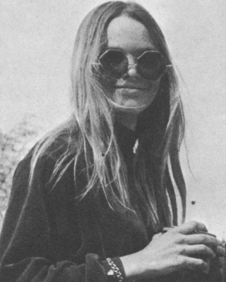 michelle_phillips_in_octagon_sunglasses
