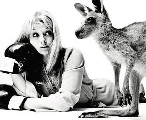 liza_goddard_looking_at_skippy_the_bush_kangaroo