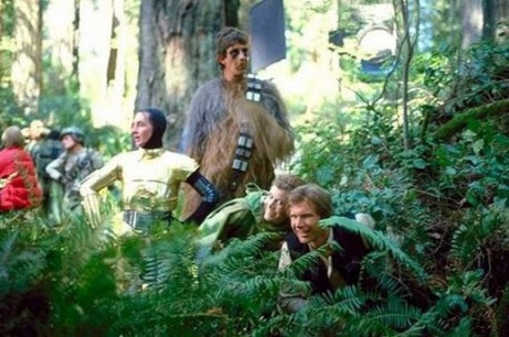 return_of_the_jedi_anthony_daniels_peter_mayhew_carrie_fisher_and_harrison_ford_in_foliage