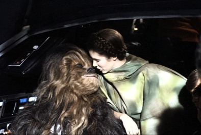 return_of_the_jedi_carrie_fisher_kissing_a_wookie