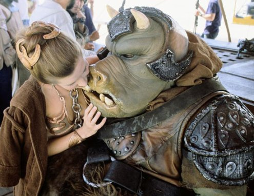 return_of_the_jedi_carrie_fisher_steals_a_kiss_from_jabba's_guard