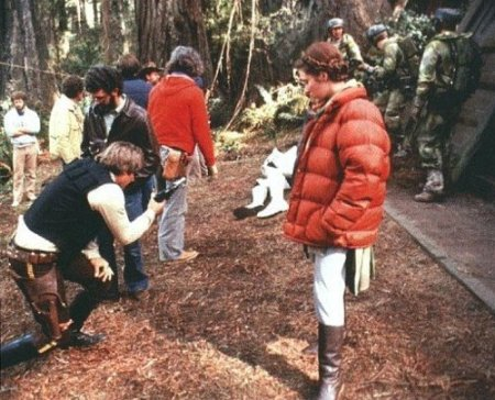 return_of_the_jedi_george_lucas_harrison_ford_and_carrie_fisher_in_a_puffer_jacket_on_location