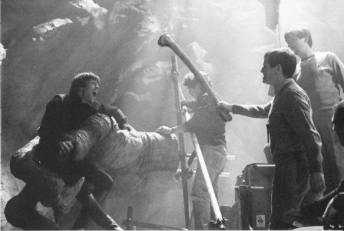 return_of_the_jedi_mark_hamill_filming_luke_being_grabbed_by_the_racnoss_claw