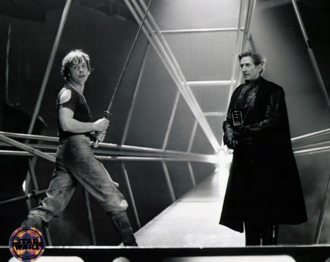 return_of_the_jedi_mark_hamill_rehearsing_luke_and_vader_duel_with_vader_stand-in_swordsman_bob_anderson