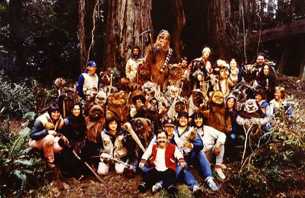 return_of_the_jedi_peter_mayhew_posing_with_ewoks_ewok_actors_crew_members_on_location