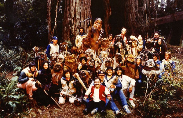 return_of_the_jedi_peter_mayhew_posing_with_ewoks_ewok_actors_crew_members_on_location