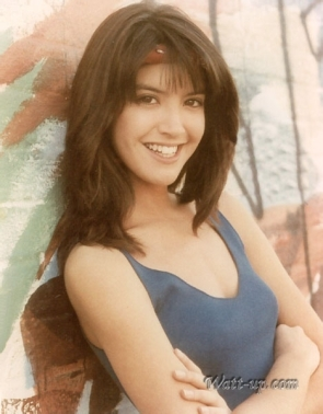 phoebe_cates_modelling_arms_crossed