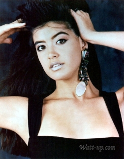 phoebe_cates_modelling_in_black_dress