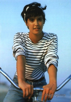 phoebe_cates_modelling_in_sailor_jersey_on_bike